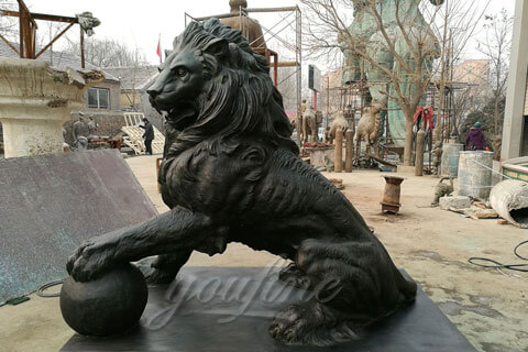 Bronze foundry casting lion holding the ball statues for public decor